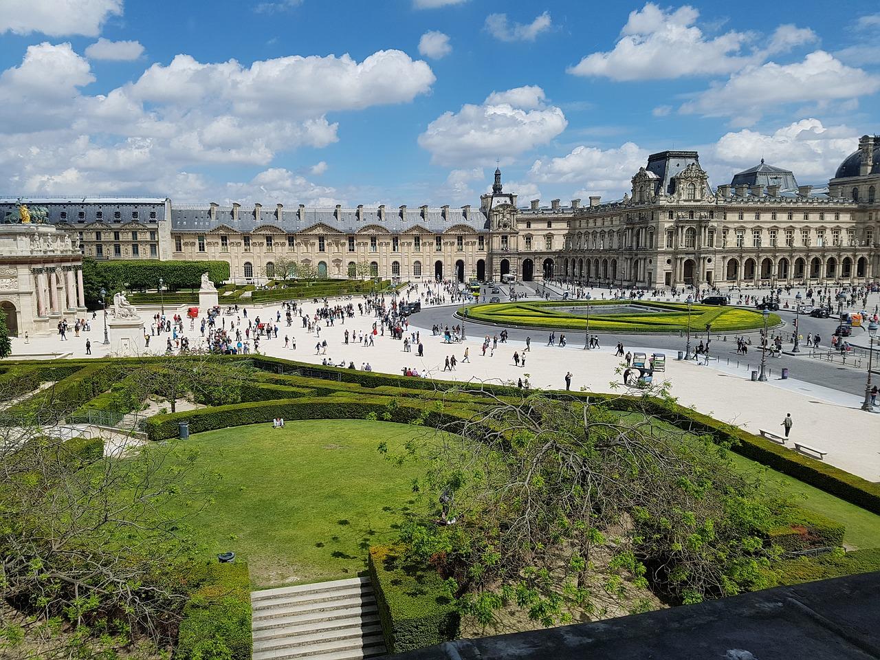 Nous allons faire du shopping dans le musée de Louvre